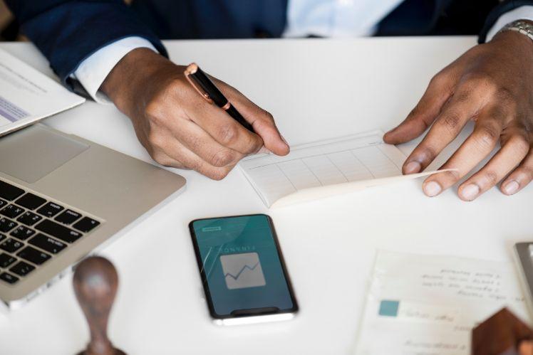 Hombre que escribe con boli- cómo hacer una app