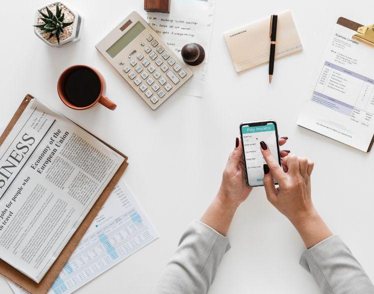 Mesa con periodico, calculadora y movil - cómo hacer una app