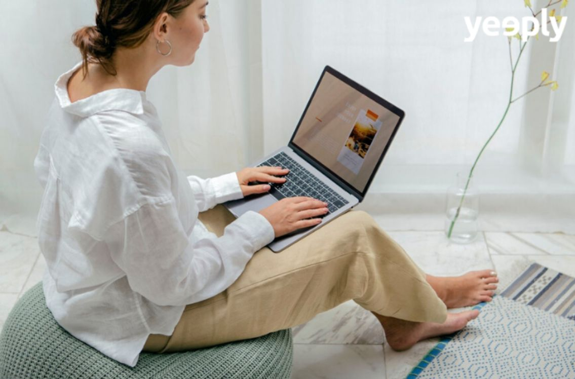 chica trabajando en su portátil desde casa