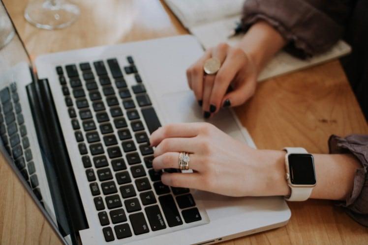 Mujer con escribiendo al ordenador - apps interesantes