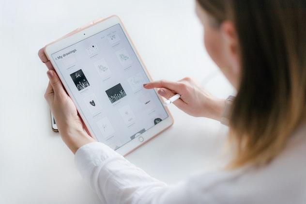 mujer utilizando una aplicacion en ipad