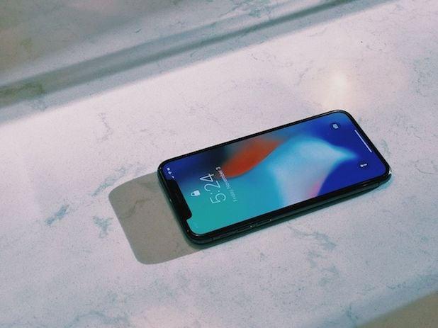 iphone en una encimera de mármol