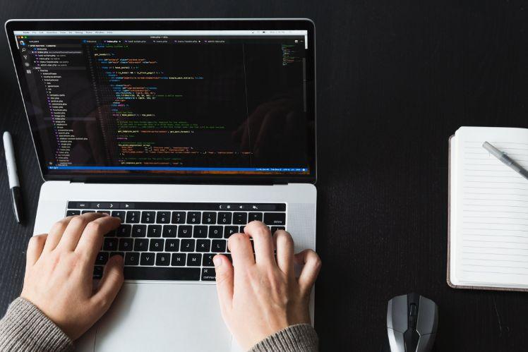 desarrollador programando
