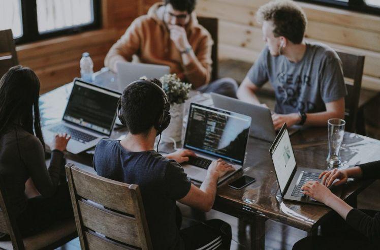 desarrolladores trabajando