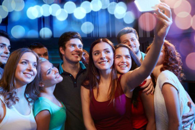 Jovenes de la generacion z tomando un selfie