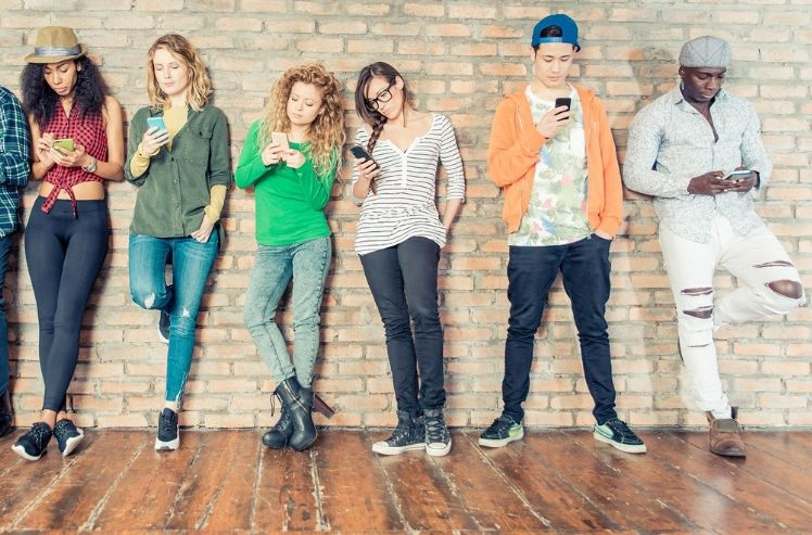 adolescentes con sus moviles