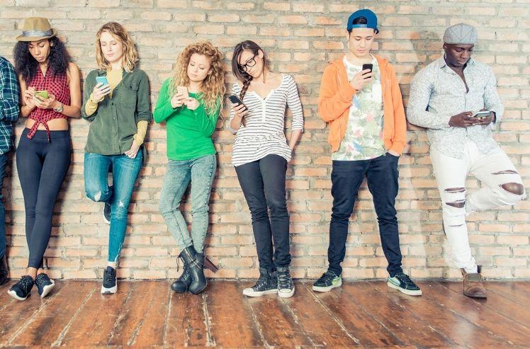 adolescentes con sus moviles- generación z