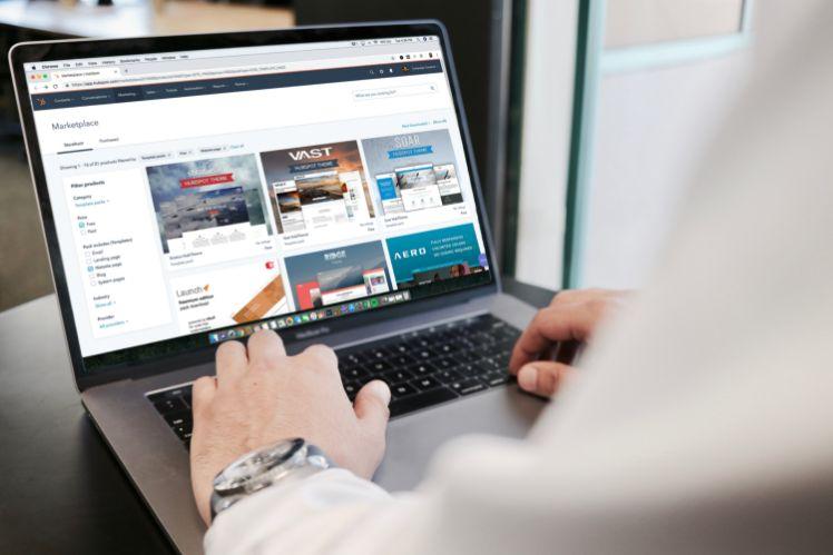 hombre trabajando en su portatil- plantillas web