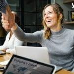 gente dando un apreton de manos- encontrar un partner digital para tu empresa