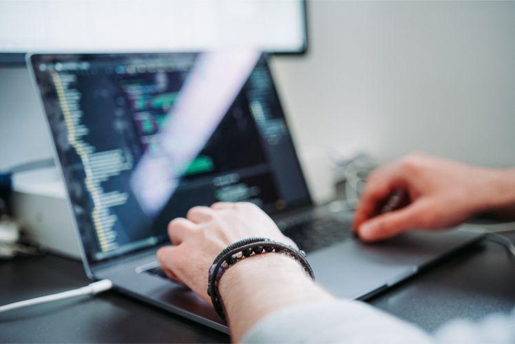 programador trabajando en su portatil- desarrolladores de juegos moviles