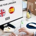 persona trabajando en su desktop- pagina web multilenguaje