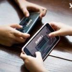 dos personas jugando un juego en el movil- desarrolladores de juegos