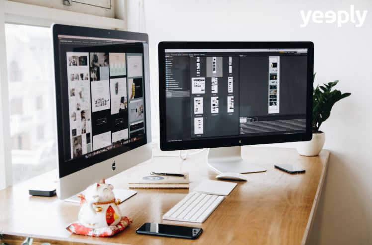 escritorio con iMacs