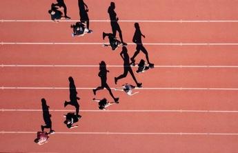 personas corriendo en pista de atletismo