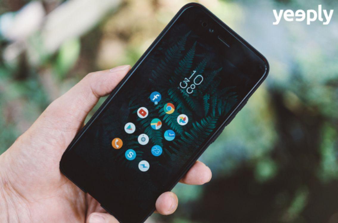 mano que sostiene un smartphone android