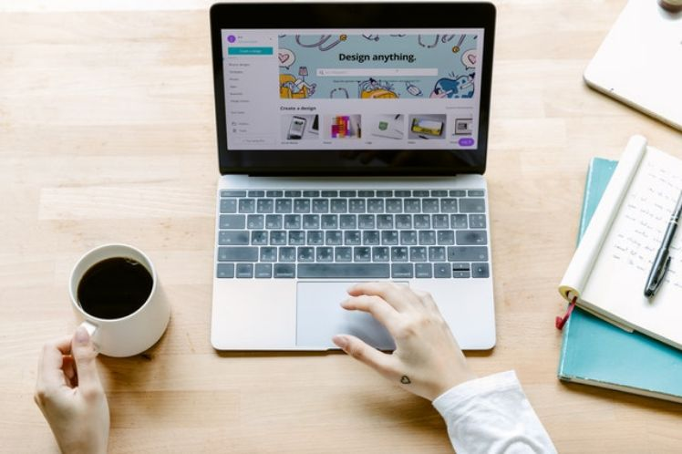 un portátil y una taza de café en un escritorio